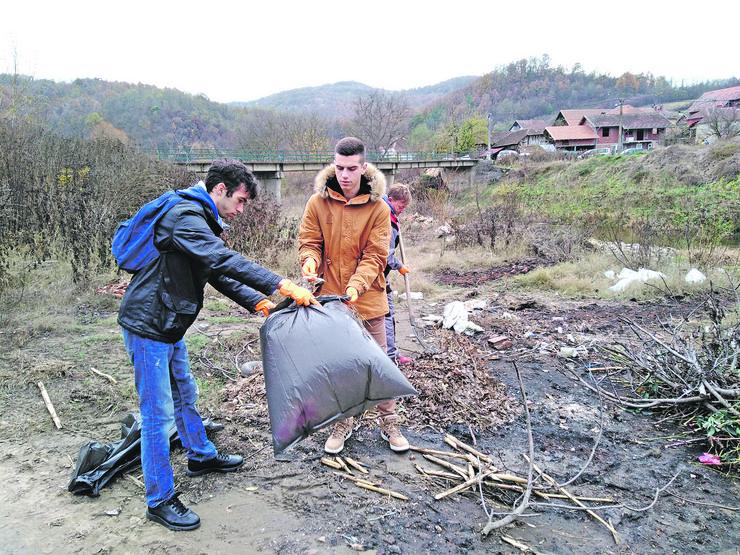 Plastična ambalaža, kese i komunalni otpad najviše se bacaju u ovu reku u mestu kolare, a veliki deo smeća reka donese sa sobom