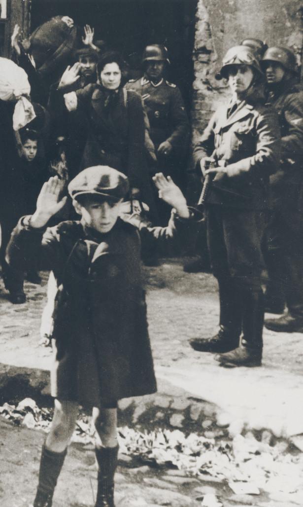 8-letni Cwi Nussbaum transportowany z Hotelu Polskiego do Bergen-Belsen
