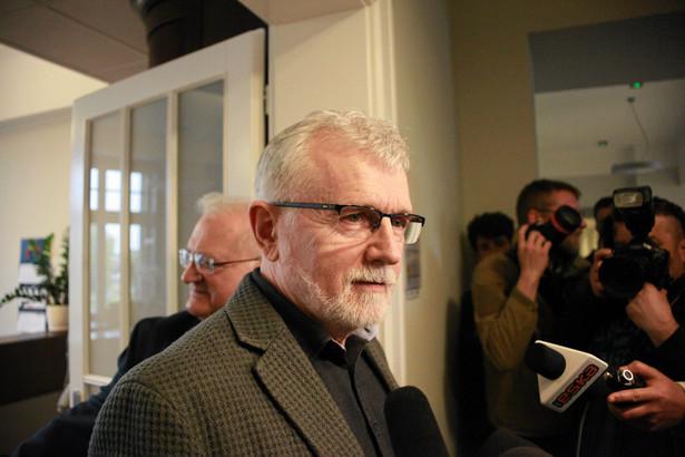 Zarząd województwa dolnośląskiego odwołał Morawskiego z funkcji dyrektora Teatru Polskiego 26 kwietnia. Jednocześnie stanowisko p.o. szefa teatru powierzył Remigiuszowi Lenczykowi. Uchwałę zarządu w tej sprawie wstrzymał jednak wojewoda dolnośląski Paweł Hreniak.