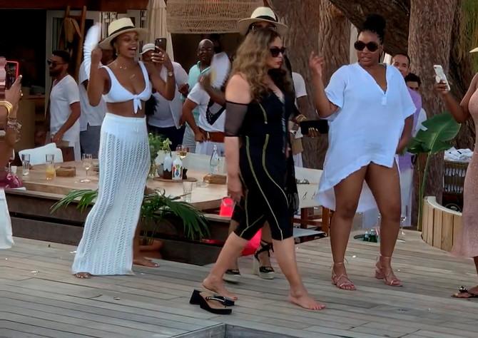 Tina Nouls je nedavno prisustvovala proslavi 60. rođendana Medžika Džonsona u Sen Tropeu