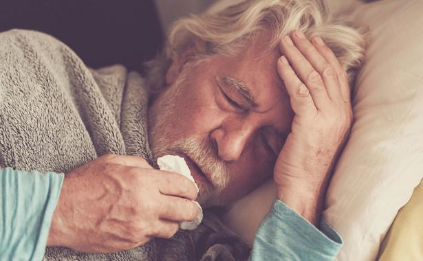 Starszy mężczyzna z gorączką