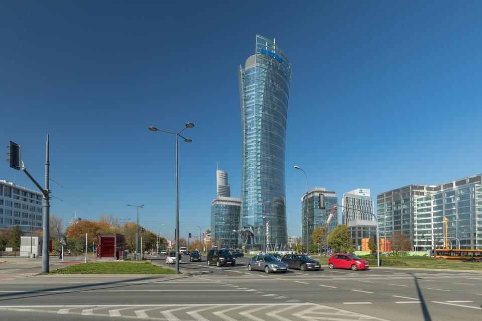 2. Najwyższy biurowiec w Warszawie jest drugim najwyższym budynkiem w Polsce. To Warsaw Spire, którego najwyższy punkt ma 220 m.