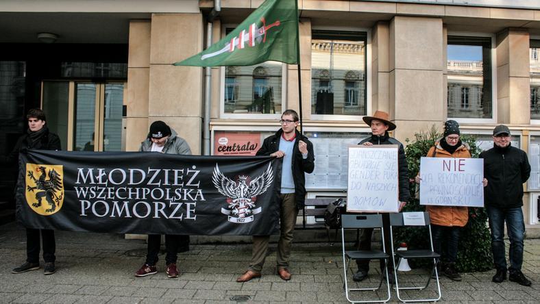 Przedstawiciele prawicowych środowisk zorganizowali happening przed miejskim urzędem w Gdańsku