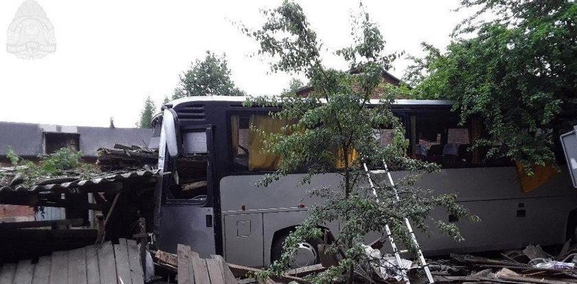 Autokar wjechał w budynek pod Piotrkowem. Kierowca nie żyje. Są ranni