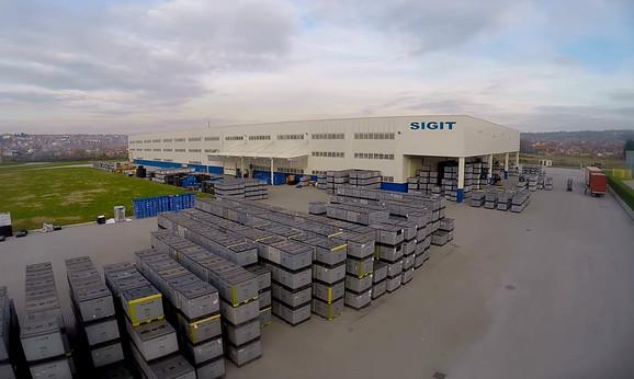 U skladištu se nalaze najrazličitije vrste sirovina koje sistem raspoređuje u 30 presa