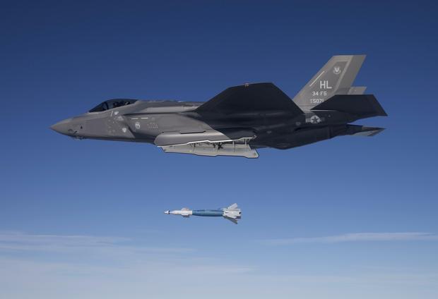 Amerykański F-35 podczas zrzutu bomby GBU-12 Paveway II