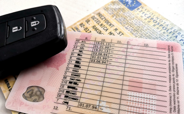 Resort infrastruktury stoi na stanowisku, że osoba, której zatrzymano prawo jazdy, w wyznaczonym okresie nie powinna mieć możliwości kierowania pojazdami