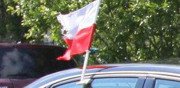 Postrzępiona flaga na aucie Tuska!
