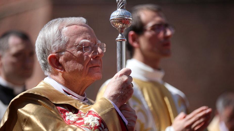 Metropolita krakowski abp Marek Jędraszewski podczas procesji z okazji uroczystości Bożego Ciała w Krakowie