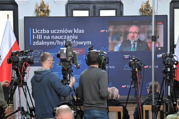Koronawirus w Polsce. Minister zdrowia Adam Niedzielski (na ekranie) podczas konferencji prasowej w siedzibie resortu w Warszawie