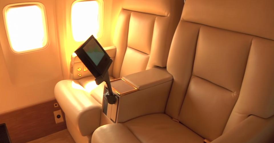 Fotele mają indywidualne systemy rozrywki pokładowej i rozkładają się do wygodnych leżanek.