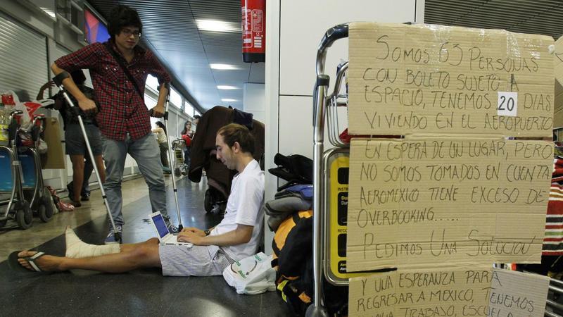 Pasażerowie koczujący na lotnisku w Madrycie