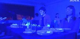 Tak koronawirus rozprzestrzenia się w restauracji