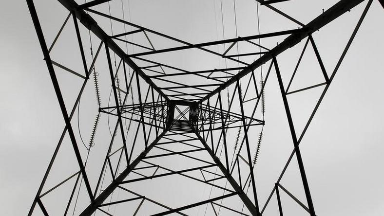 A high voltage electrical pylon stands on the outskirts of Kenya's capital Nairobi, March 14, 2011.  REUTERS/Thomas Mukoya