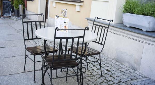 Według szacunków Izby Gospodarczej Gastronomii Polskiej do 30 listopada 2020 r. aż 200 tys. pracowników branży dostało wypowiedzenia. W całym sektorze (zależnie od sezonu) zatrudnia się około 1 mln osób