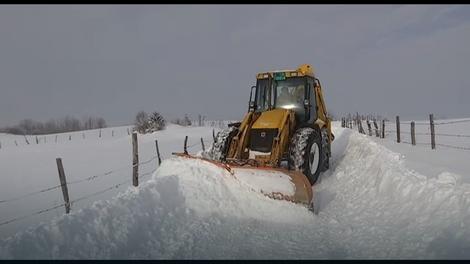 Putevi se čiste, ali snega je previše