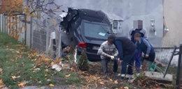 Horror na Lubelszczyźnie. Samochód wbił się w ścianę domu. W środku był dziadek z wnukami