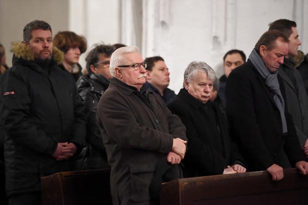 Były prezydent Lech Wałęsa (C front) oraz wicemarszałek Senatu Bogdan Borusewicz (3P) podczas mszy św. za duszę zmarłego prezydenta Gdańska