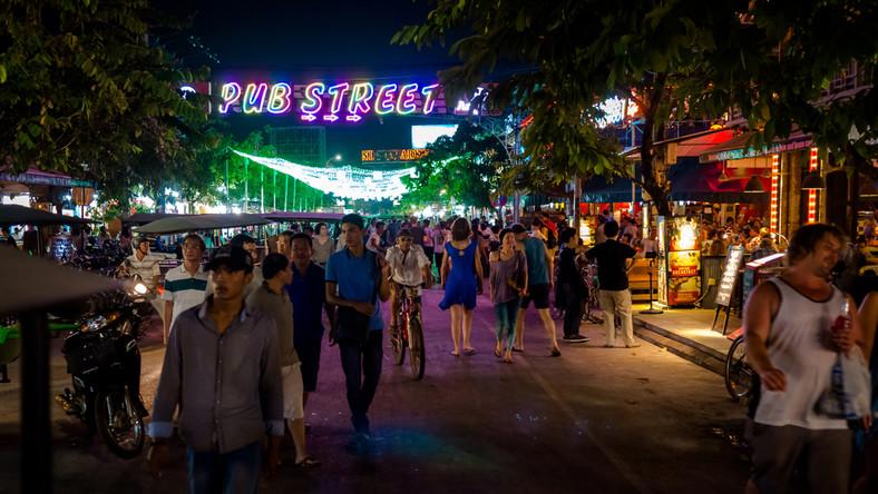 Weilu turystów przyjeżdża do Kambodży w poszukiwaniu zakazanego towaru