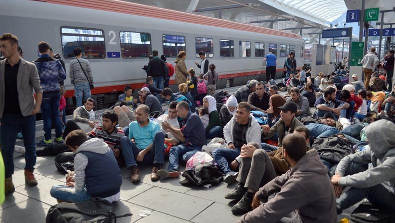 Imigranci na dworcu w Slazburgu w Austrii