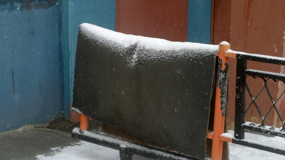 Trzepanie dywanów na śniegu