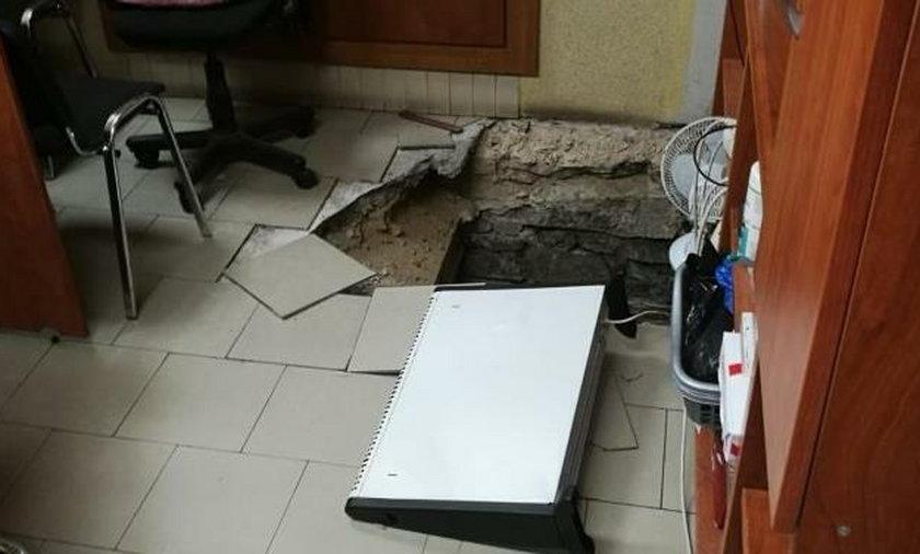 Włamywacze przebili się do kantoru z piwnicy