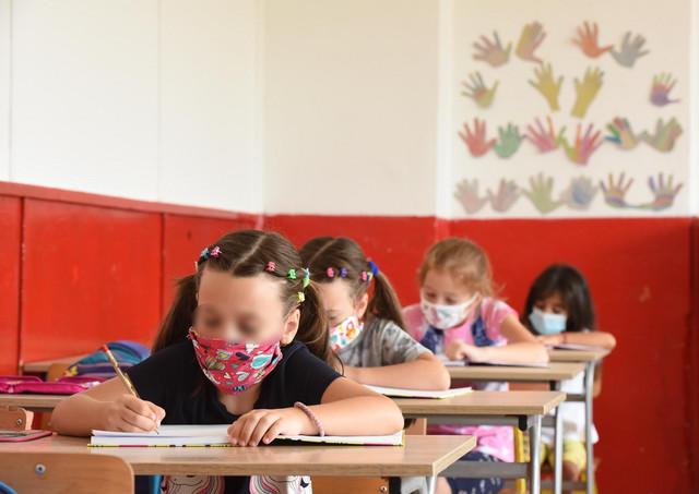 U odeljenju gde se pojavi jedan slučaj zaraze, tokom celog dana učenici treba da nose maske