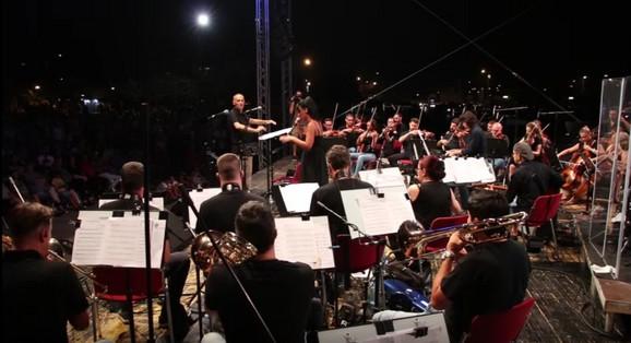 Dirigent Fedor Vrtačnik sa orkestrom