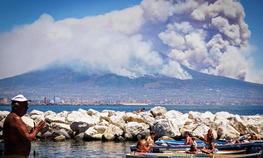 Chmura dymu nad Neapolem. To Wezuwiusz?