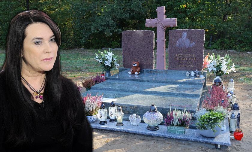Ewa Krawczyk i nowy nagrobek Krzysztofa Krawczyka na cmentarzu w Grotnikach.