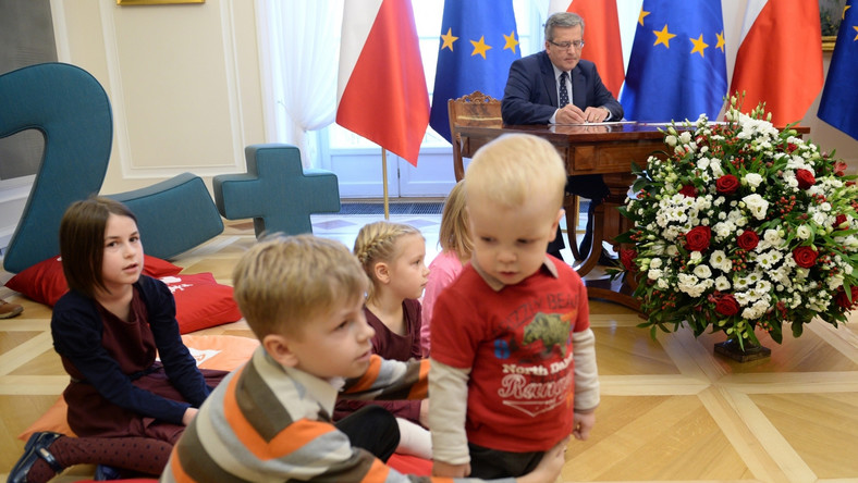 Prezydent Bronisław Komorowski podczas uroczystości podpisania ustawy podwyższającej ulgi podatkowe na dzieci