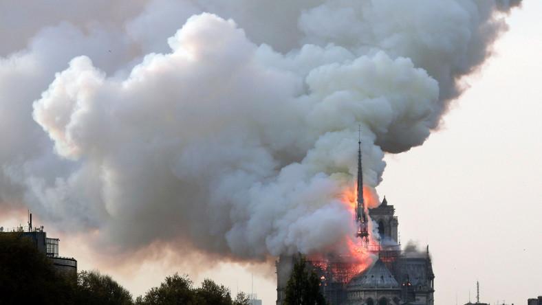 Nad zabytkową katedrą wybuchły płomienie i kłęby dymu.