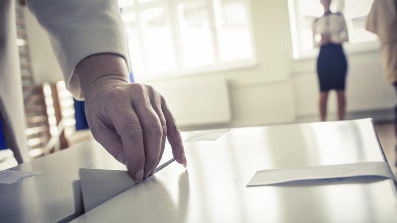 Ponad 80 proc. lokali wyborczych oznaczonych jako dostosowane do potrzeb osób niepełnosprawnych w rzeczywistości nie spełniało wszystkich kryteriów
