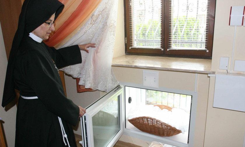 Siostra Dominika znalazła w oknie chłopczyka