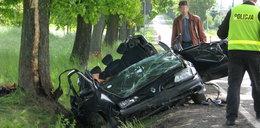 Auto wbiło się w drzewo. Trzy osoby nie żyją