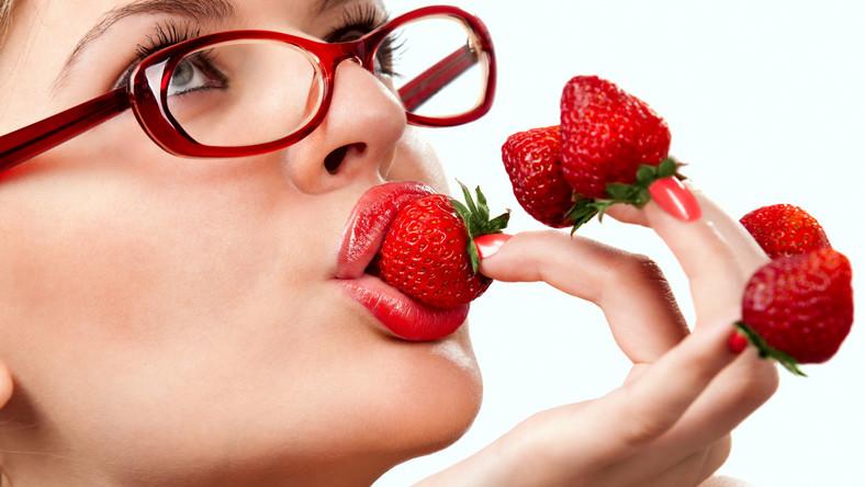 Najzdrowsze są świeże truskawki. Wysoka temperatura, jakiej poddaje się owoce podczas przygotowywania np. kompotu, niszczy duże pokłady witaminy C