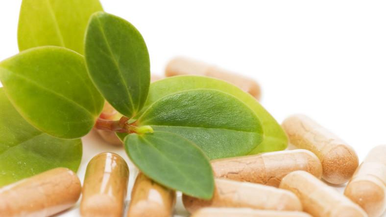 Według niektórych badań przyswajalność witaminy K przyjmowanej w formie suplementów jest wyższa niż w przypadku przyjmowania jej wraz ze spożywanymi warzywami