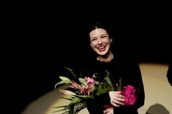 Stoja sa cvećem posle premijere filma