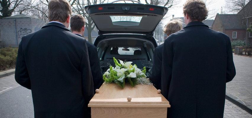 Wstrząsający incydent podczas pogrzebu. Pracownicy upuścili trumnę ze schodów...