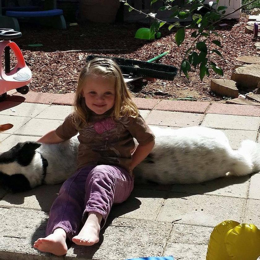 Tak głuchoniema 4-latka rozmawia ze swoim psem