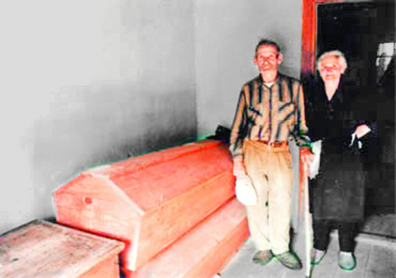 Upitali smo ih šta su radili preko zime, a deda nam je tada pokazao mrtvačke sanduke koje je izradio za suprugu i sebe i garderobu koju su pripremili za sahranu:Radojica i Anka Uzelac