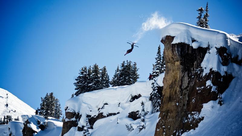 """Poszedł pojeździć na """"dziko"""" na nartach. Spadł z klifu"""