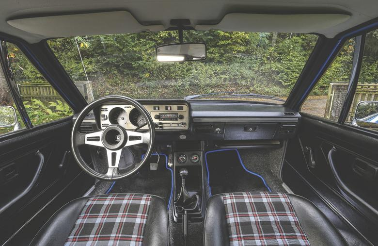 W prezentowanym egzemplarzu cały kokpit (z wyjątkiem dywaników) jest oryginalny. W GTI zastosowano trzyramienną sportową kierownicę. Na jej środku, we wgłębieniu, umieszczono logo Wolfsburga.