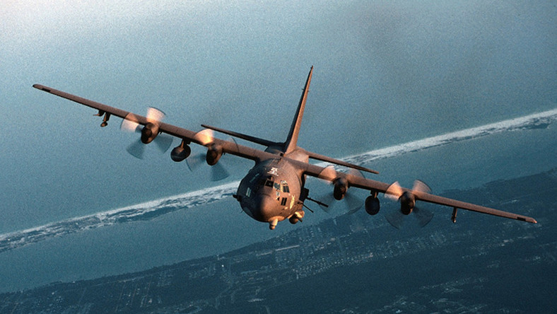 AC-130 to samolot wsparcia będący uzbrojoną wersją samolotu Lockheed C-130 Hercules. Maszynę wyposażono w radar oraz kamery telewizyjne pracujące w podczerwieni. Masa – 61 ton Zasięg - 4020 km Uzbrojenie – dwa działka kalibru 25 mm, armata kalibru 40 mm, haubica kalibru 105 mm