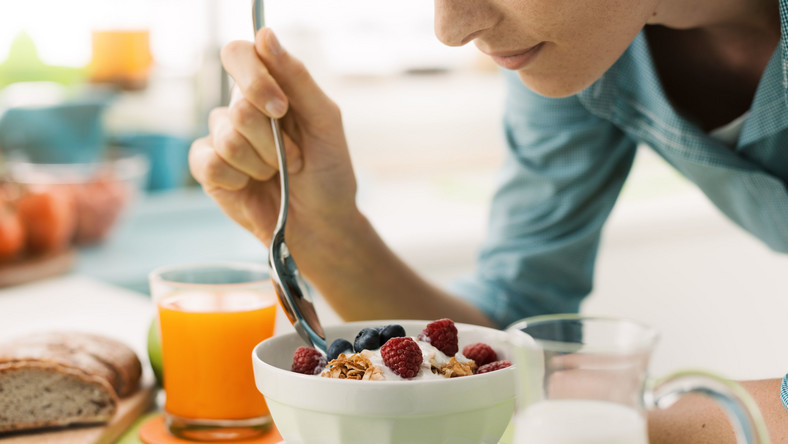 Kobieta je zdrowy posiłek