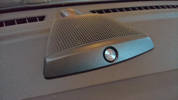 Głośnik centralny na desce rozdzielczej nowego Forda Fiesta