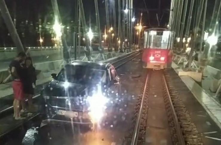 Auto blokirao Most na Adi