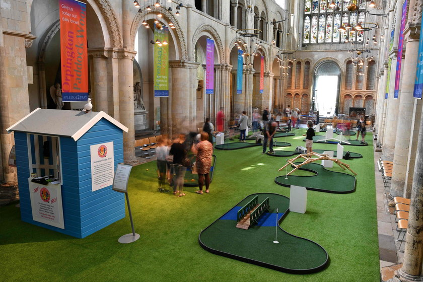 Anglia: pole golfowe w zabytkowej katedrze w Rochester