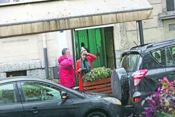 Uhvatila se za glavu od muke: Evo šta se desilo Marini na sred ulice