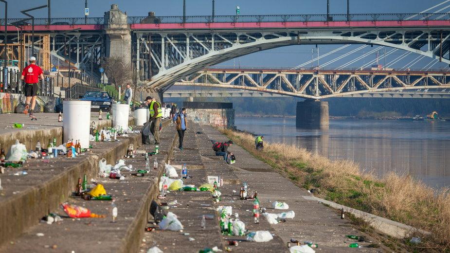 Porzucanie śmieci nad wodą stało się plagą